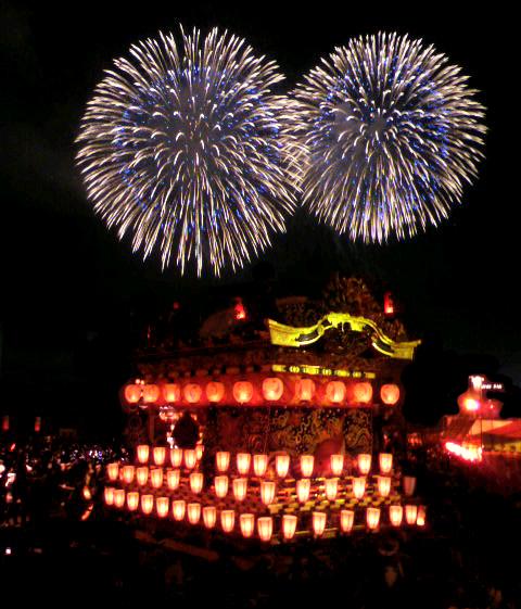 秩父夜祭りの花火と山車